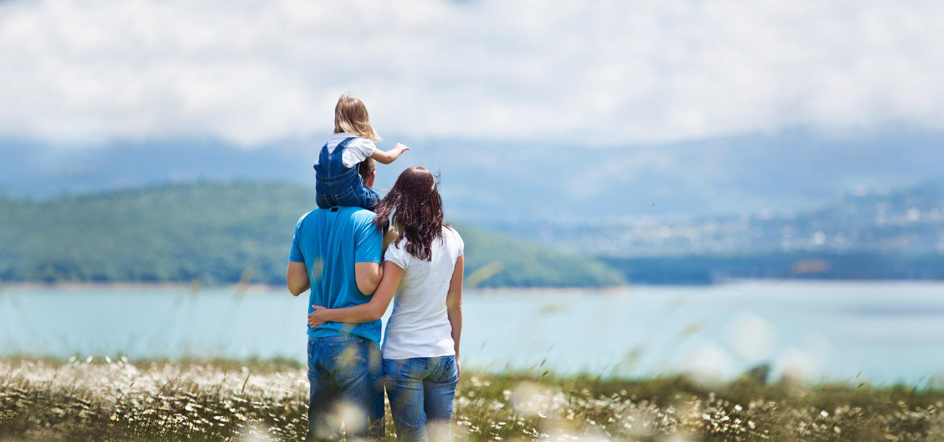 משפחה ליד אגם