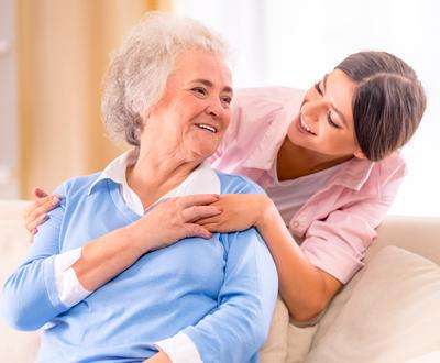 אחות מטפלת בזקנה