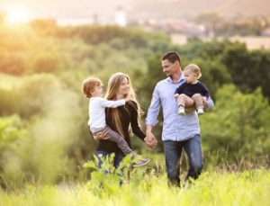 משפחה מטיילת בשדה